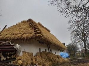 Ľudový dom so slamenou strechou v obci Senohrad - realizácia projektu